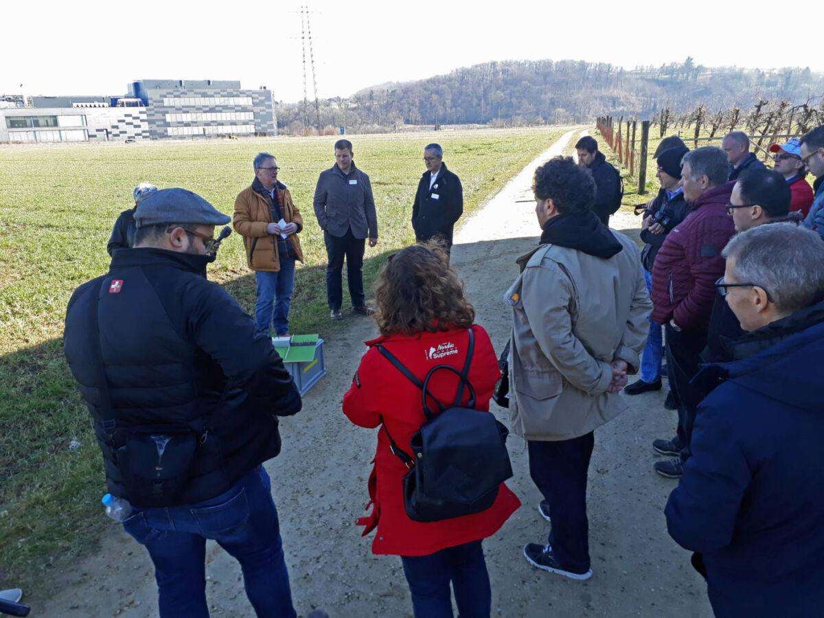 Medienkonferenz mit Arealbegehung – Sicherheits-Chef Marcus Müller (braune Jacke) erläuterte an einem Modell, wie das OK mit den Vorgaben zur Hochspannungsleitung umgehen wird.  | Eidgenössisches Schwing- und Älplerfest Pratteln im Baselbiet | ESAF 2022