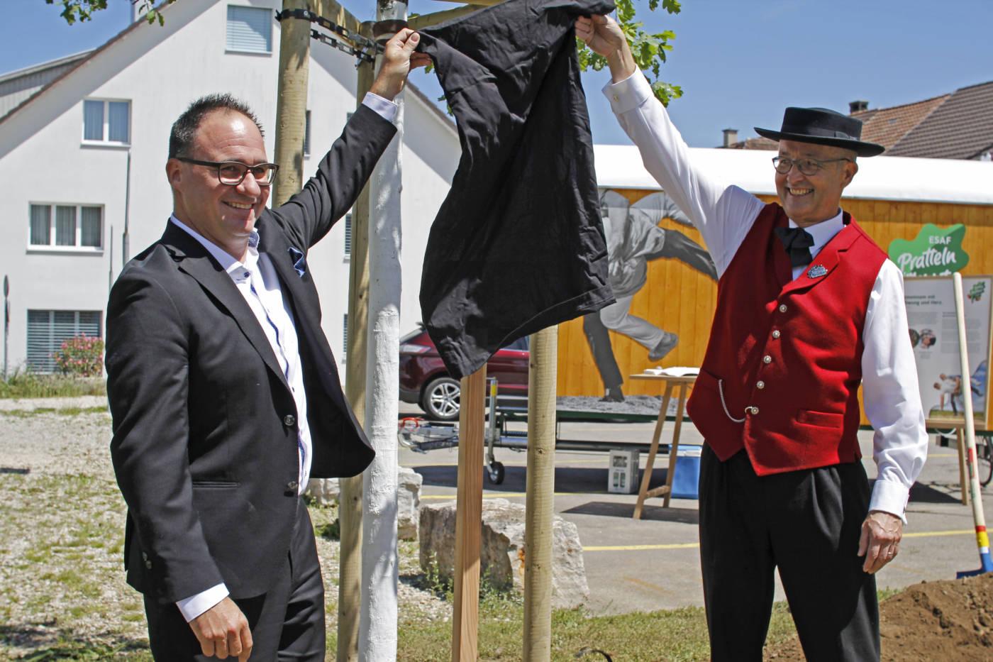 Eine Eiche für die Gemeinde Pratteln – Die Eiche wird feierlich der Gemeinde Pratteln übergeben  | Eidgenössisches Schwing- und Älplerfest Pratteln im Baselbiet | ESAF 2022